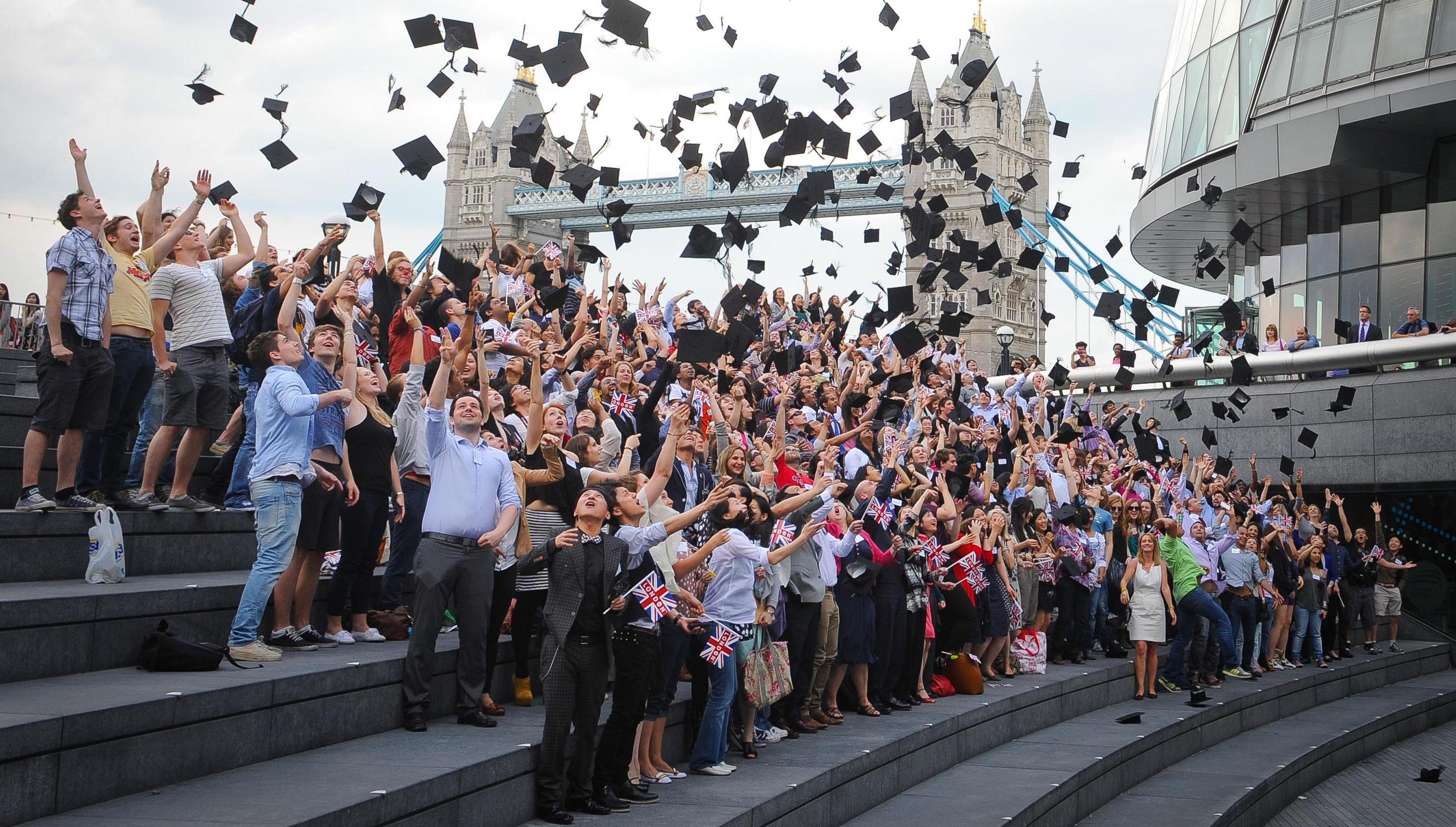 30 мая 2012 года. 250 международных студентов устанавливают мировой рекорд по количеству подброшенных в воздух академических головных уборов. Фото взято с сайта Guinness World Records.